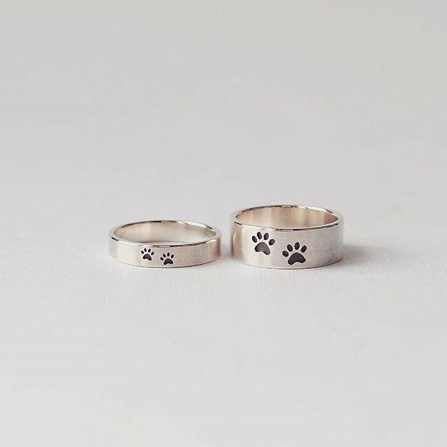 Серебряные обручальные кольца с кошачьими лапками. Изготовлены вручную по индивидуальным пожеланиям. Ширина колец 7 и 3 мм. Рисунки по эскизу. Стоимость изготовления с персональным рисунком 15000 р за пару колец.