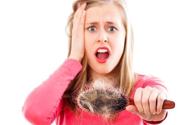 Causas da Queda de cabelo: Doença ou algo normal?  A queda de cabelo pode surgir por diversos fatores e causa, na grande maioria dos casos, trata-se apenas da queda normal do ciclo do cabelo, mas é importante diferenciar a queda normal da queda disfuncional/patológica.  Alimentação, dietas, stress, ansiedade, químicas agressivas, ... são causas comuns da queda de cabelo. Como identificar, prevenir e tratar?   Descubra tudo sobre a queda de cabelo, através do post.