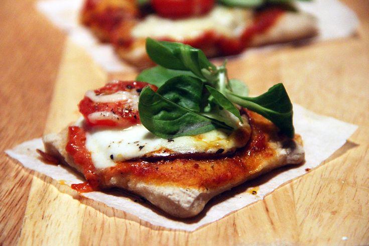 Pizza au salami et basilic