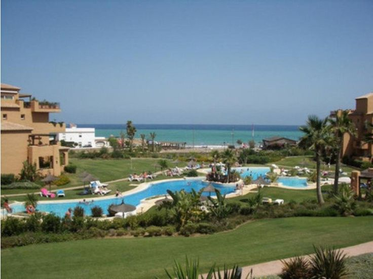 The apartment is beautifully presented and has direct access to well-manicured gardens and communal pool. http://www.retemax.com/hh-los-granados-de-la-duquesa-o653880.html