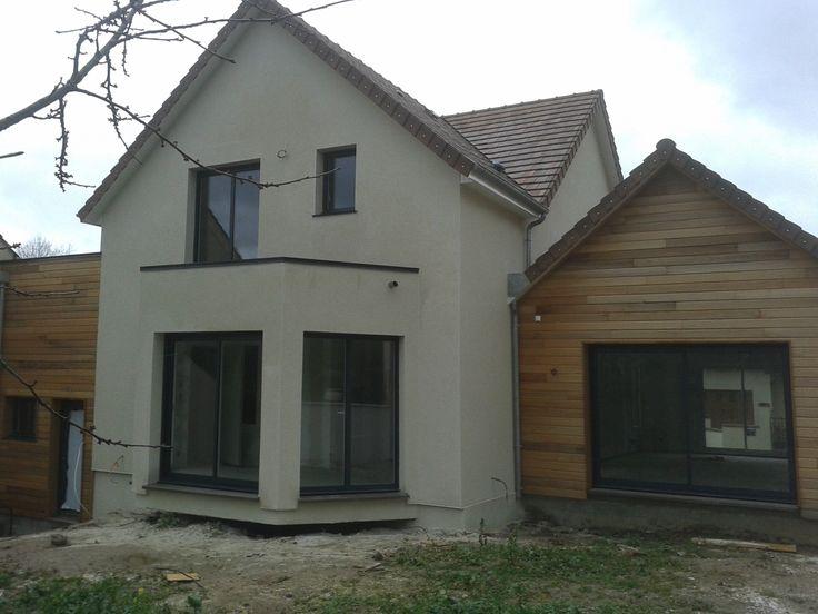 vue arriére de la maison en bois avec le bardage et le crépis