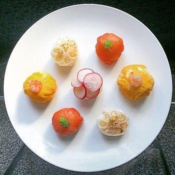 サーモン、卵、れんこん、エビ、生ハム、いくらなど具は様々。 木の芽、かいわれ、さやいんげんなどで彩りを添えることをお忘れなく。