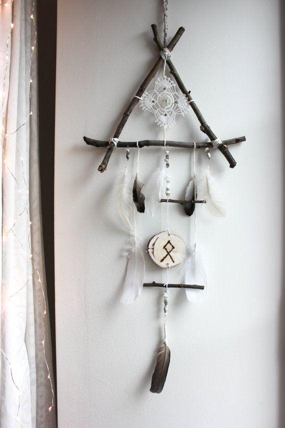 Nordic Shaman . attrape-rêve triangle de bois, plume, quartz et rune pour décoration sorcellerie viking pagan .