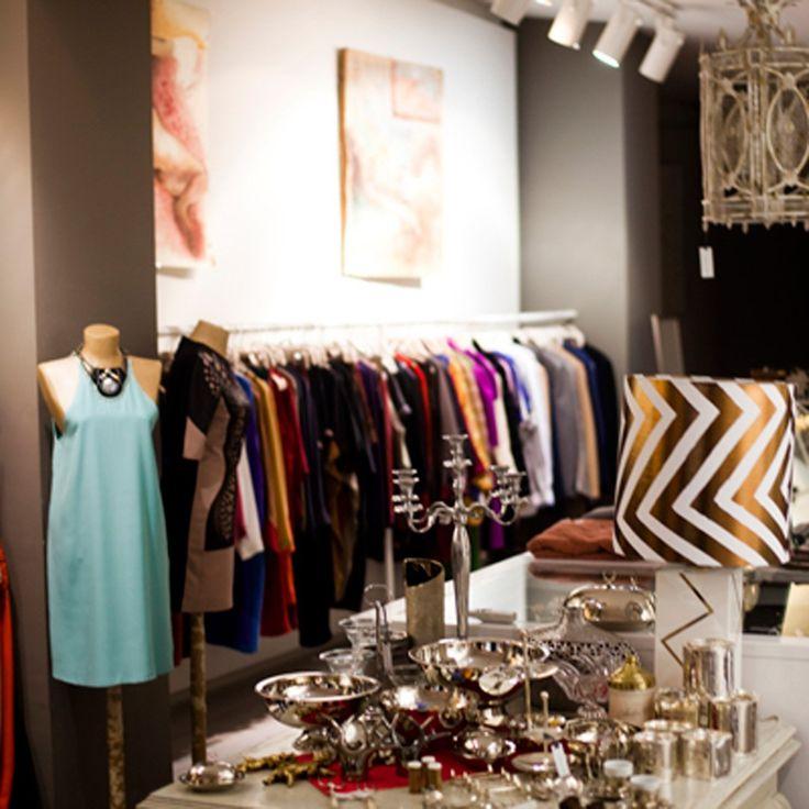 Pensé comme un lieu à vivre, Atelier 55 recèle de vêtements colorés, exposés dans un espace où tout est en vente : des chaussures, aux tableaux, en passant par le petit café que l'on peut prendre au fond de la boutique. Dans ce petit paradis, on achète volontiers une robe météo comme celle d'Ece Salici, qui sent bon les vacances.