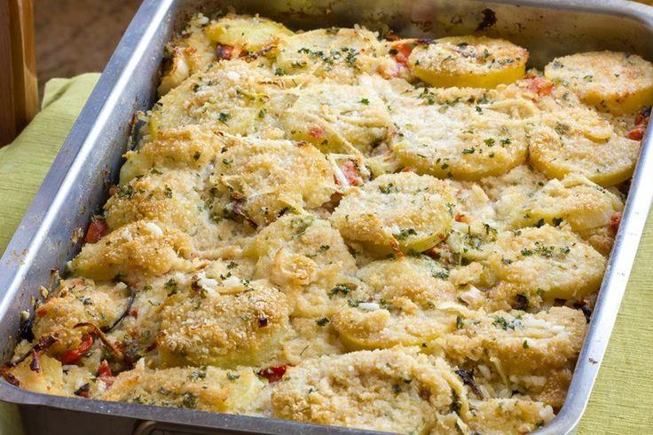 Patate e cipolle gratinate al formaggio sono golose, croccanti e cremose al tempo stesso. Impossibile resistere. Ecco la ricetta