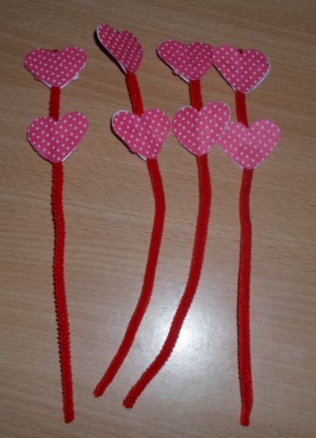 Hearts on pibecleaners. Made to be put down some glasses to decorate the table before the dinner.