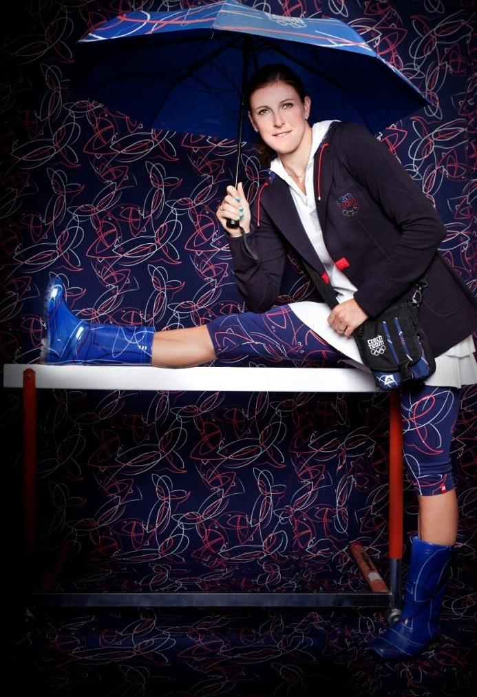 HOLKA DO DEŠTĚ. Překážkářka Zuzana Hejnová předvádí kolekci, se kterou čeští olympionici vyjedou do Londýna.