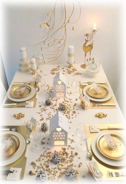 Voici donc ce que je vous avais promis hier , c'est à dire la suite et les détails de cette première table de Noël . Petits cailloux dorés, glands du jardin bombés font le parterre des ces petites maisonnettes ! Mini boule blanche nacrée au creux de la...