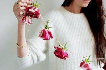 お花自体に糸を通してガーランドのようにして吊るすのも素敵。