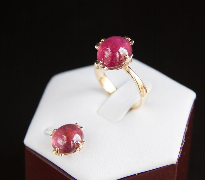 Gouden ring en hanger - grootte: 11.28 x 9.91 x 7.6 mm - set met natuurlijke ruby 1391 ct. en diamanten 0.032 ct. - Ringmaat: 17 mm. (7 U.S.)  geen reserve .  Gouden ring en hanger set met natuurlijke Robijn en diamantRing:Totaal gewicht: 4.18 g.Gouden gewicht: 32 g.Goud - gele kleur hallmarked 585 (14k goud)Ring van grootte: 17 mm.Gezicht van de ring: 13.72 x 12.28 mm.Centrale steen: RubyCut: Ovale cabochonGewicht: 8.81 ct.Grootte: 11.28 x 9.91 x 7.6 mm.Kleur: roodDuidelijkheid…