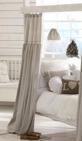 Den här gardinlängden sitter i fönstret. Den är väldigt fin till tapeten och det vita taketet.