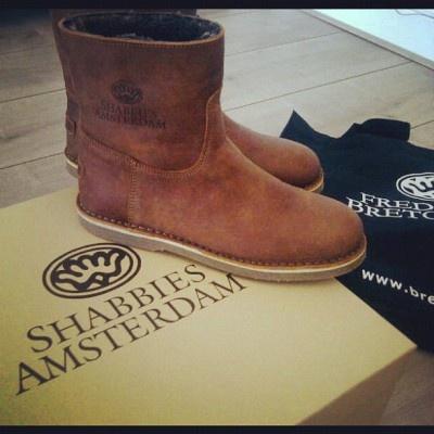 Short brown flat leather Shabbies Amsterdam boots with shoebox and Fred de la Bretoniere linnen bag, instagram by @llinnda1504