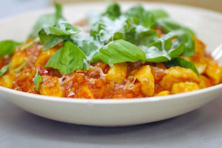 Gnocchi zijn de beroemde Italiaanse deegkussentjes op basis van bloem en aardappelpuree. In dit recept vervangt Jeroen de puree door ricotta. Hij serveert de eigenwijze gnocchi op basis van deze zachte Italiaanse kaas met een eerlijke klassieke tomatensaus met een beetje pit. Rasp er wat extra Parmezaanse kaas overheen en voorzie verse basilicum.Zet ze op tafel als Italiaanse