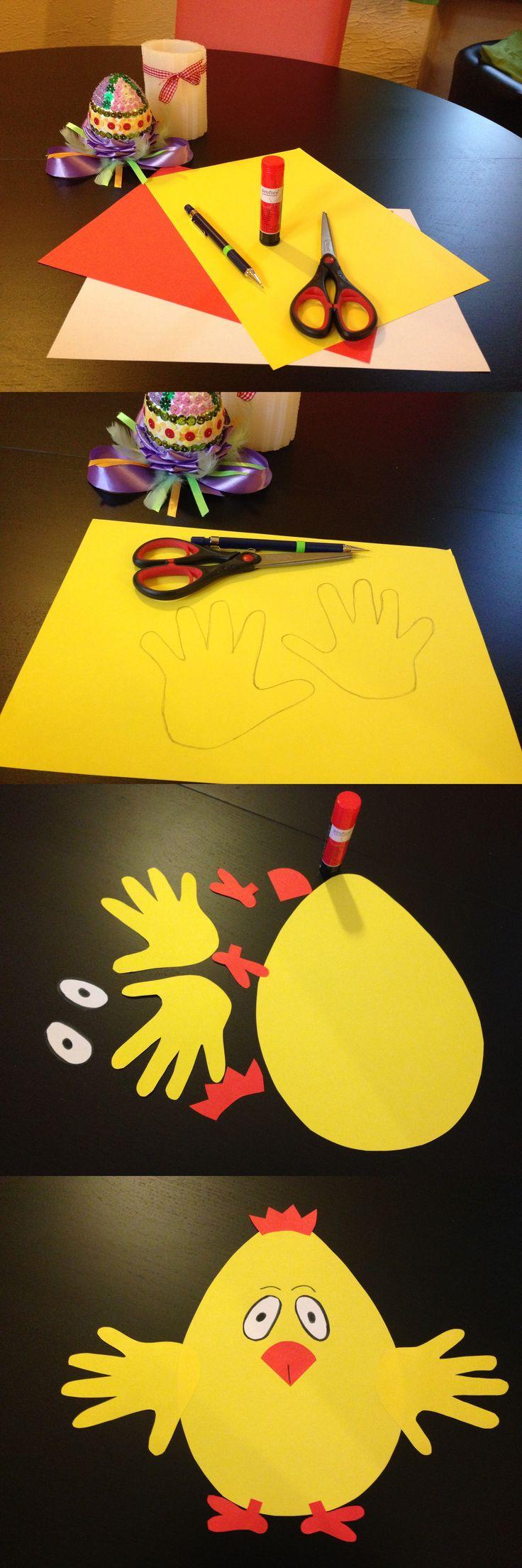 """Uroczy kurczaczek z """"odciskiem"""" dłoni dziecka na pewno ucieszy dziadków. Nie wymaga dużo pracy i cierpliwości, można zrobić go nawet z maluszkami."""