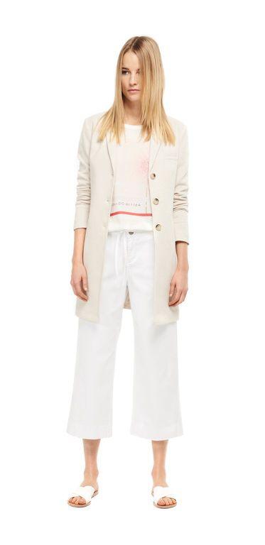 Damen Outfit Moderne Proportionen von OPUS Fashion: beiger Blazer, rosa Printshirt, weiße Stoffhose