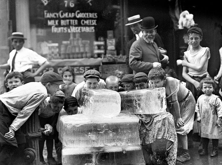 Ola de calor en Nueva York. Lamiendo bloques de hielo en un día caluroso, 1911. Shorpy