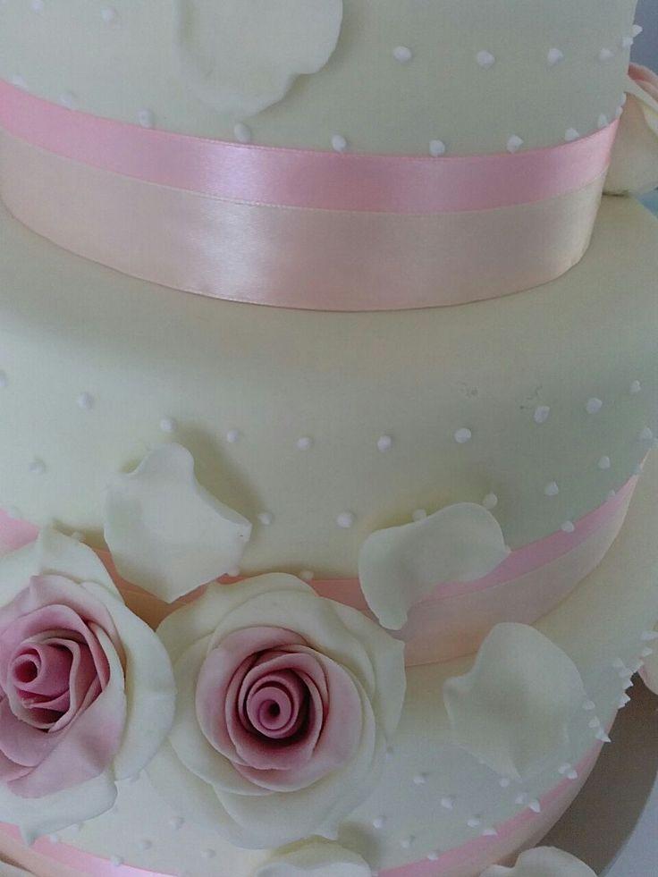 Detalle de tarta nupcial elegante y romántica. Una obra de arte de Ale ;) #tartascreativas #bodas #wedding