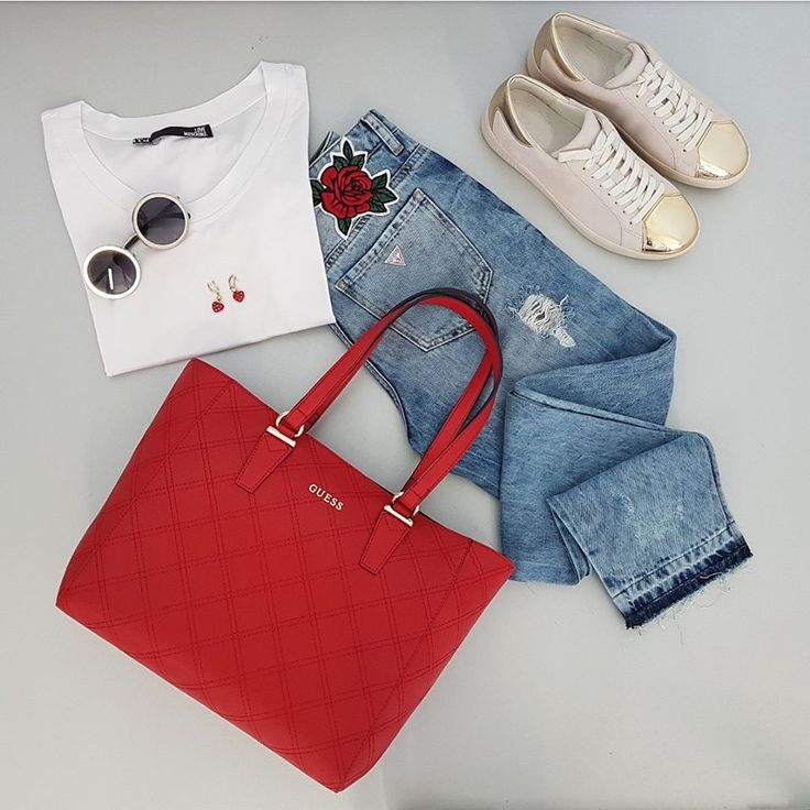 Semplicità e #stile si uniscono per un look frizzante e di tendenza. #guess #lovemoschino #bags #sneakers #patch