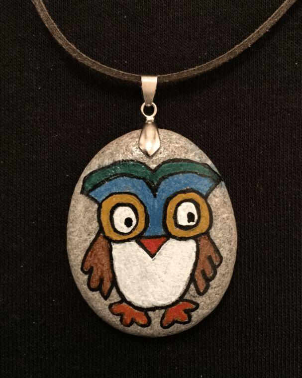Baykuş Figürlü Taş Boyama Kolye... Baykuşlar en bilge hayvanlardan kabul edilir. Hatta bazı efsanelere göre, baykuşların dünyadan göçmüş olan ruhlar olduğuna inanılmakta.