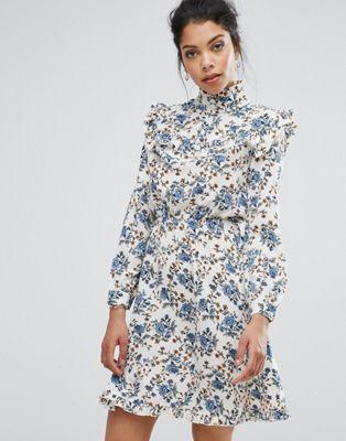 Платье с высоким воротом, оборками и принтом Boohoo