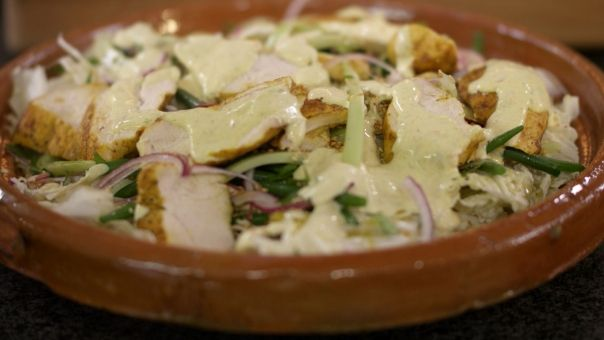 Eén - Dagelijkse kost - salade met Chinese kool, gebakken kip en currydressing