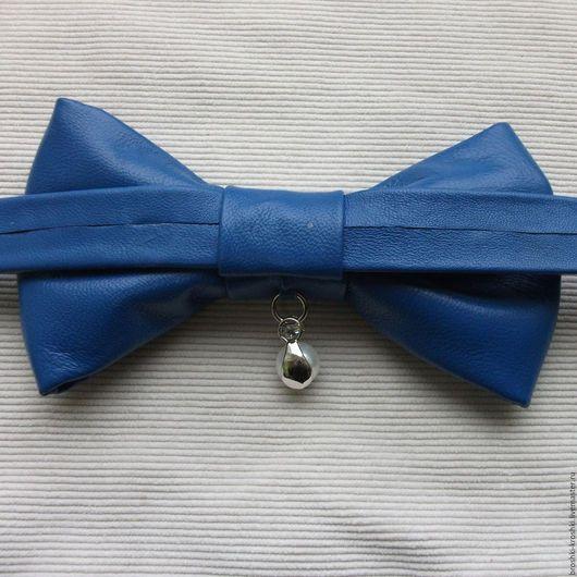 Синий галстук бабочка из натуральной кожи (кожаная бабочка бантик) с оригинальной подвеской, регулируемой застёжкой и бесплатной почтовой доставкой.