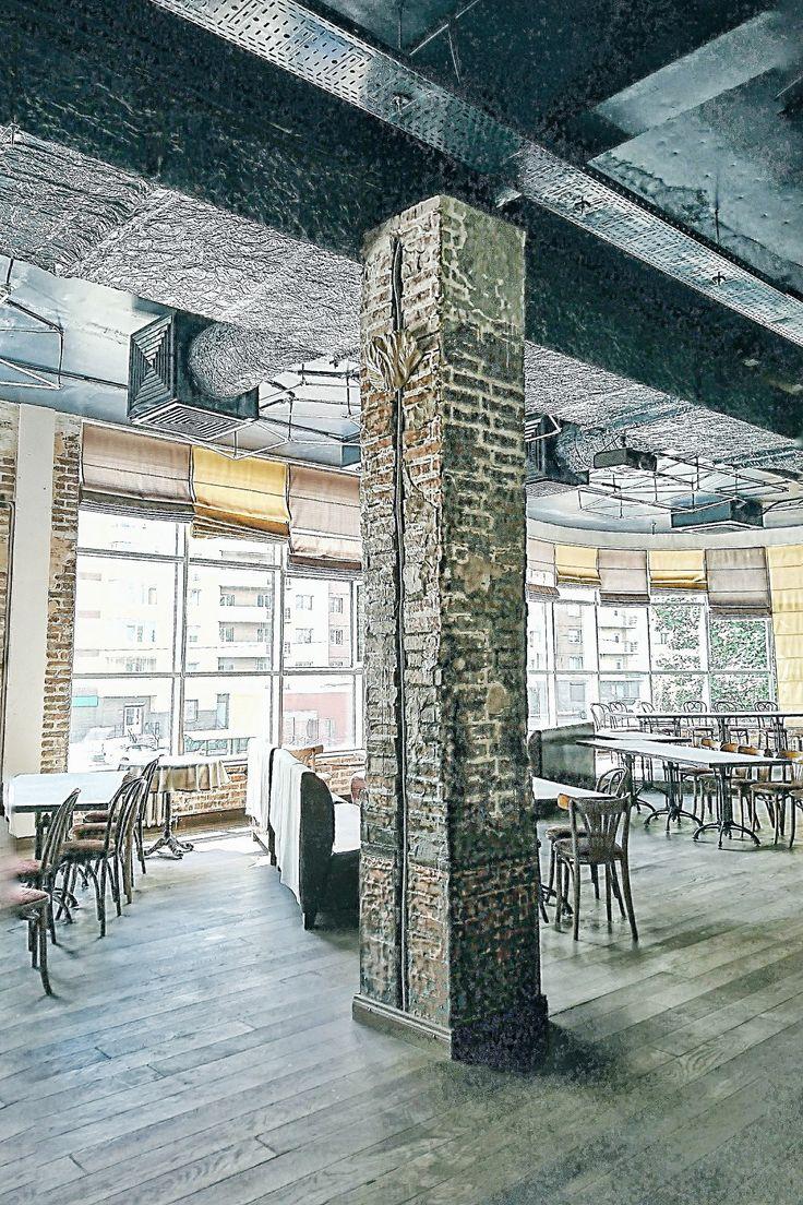 Помещение ресторана, кирпичные колонны, электрика проведена в открытых каналах, крепится и слегка закрывается декором