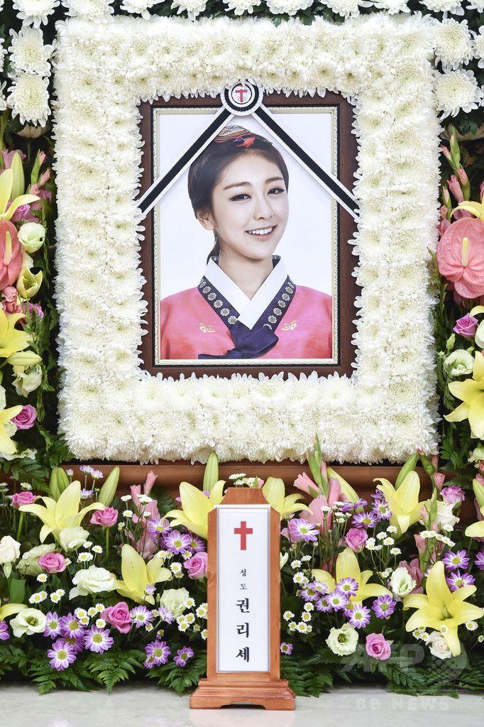 韓国・ソウル(Seoul)の高麗大学安岩病院(Korea University Anam Hospital)の葬儀場に置かれた、ガールグループ「レディーズ・コード(LADIES' CODE)」のメンバー、リセ(本名:クォン・リセ、Kwon Ri-Se)さんの遺影(2014年9月7日撮影)。(c)STARNEWS ▼12Sep2014AFP|「レディース・コード」のリセさん、交通事故で死去 ソウルで出棺式 http://www.afpbb.com/articles/-/3025746 #Kwon_Ri_Se_LADIES_CODE