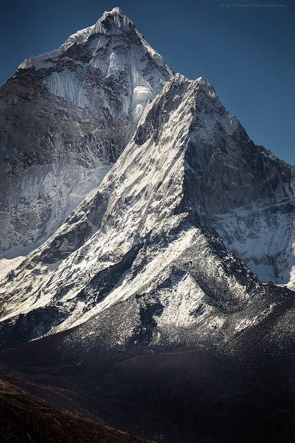 Ama Dablam / Ama Dablam montaña situada en la parte este del Himalaya nepalí. El pico principal es de 6.812 m, el pico occidental, más bajo que la cima principal alcanza los 5.563 m. Ama Dablam significa el «collar de la madre y de la perla