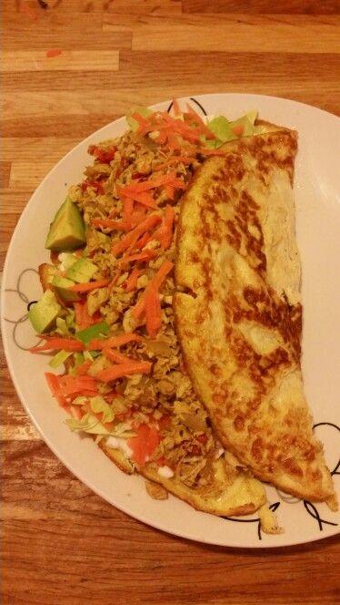 Aftensmad: æggepandekage med hytteost, avocado, spidskål, gulerødder, stegt kylling og rød peberfrugt.  :)