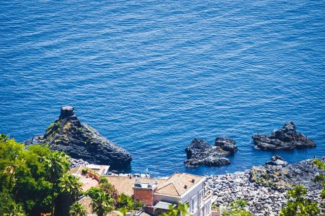 Gli scogli a La Timpa, promontorio di circa 80 m di altezza a ridosso della costa di Acireale.