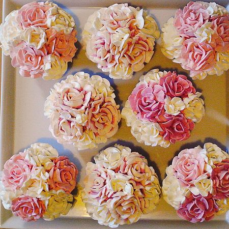 Rose bouquet cupcakes - thru Google translator I found these are piped buttercream.                                                                                                                                                                                 もっと見る