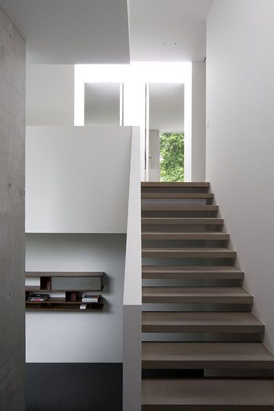 Stair knee wall. AAF Residence, Brussels. Daskal Laperre Interior Architects. Photography by Karel Van Overberghe.