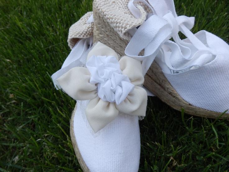 Alpargata para novias e invitadas ,niñas de comunión a juego con el ramo y la decoración,únicas personalizadas,con flores de tela y cristal.Hand made de Algodón de Luna