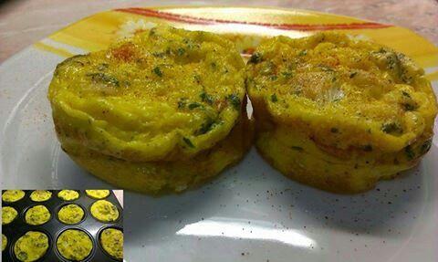 Sonkás rántotta muffinformában  6 tojás, 90 % hústartalmú csirkesonka, petrezselyem, só, bors, pár csepp olívaolaj a forma kikenéséhez