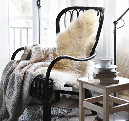 IKEA STORSELE rottingfåtölj med LUDDE grå fårskinn