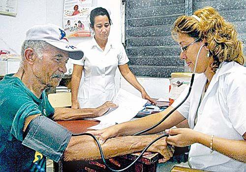 Por el Dr. Carlos Sandoval Cáceres Quién de nosotros no ha visitado o pasado alguna vez por las salas de emergencias de algún hospital público del país, ya sea éste del Ministerio de Salud o de la Seguridad Social, y una de las grandes constantes es que estas salas están llenas y abarrotadas de enfermos, …