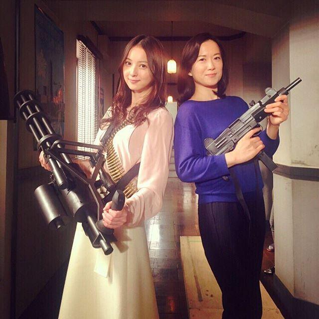 今日も一日 ラストコップ撮影 このガトリング砲実は物凄く重いんです 先ほど記念に和久井さんと決めてみました✨  #ラストコップ#和久井映見 さん#Hulu