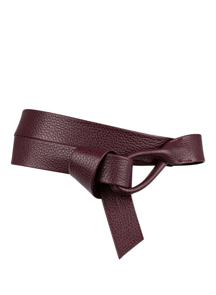 Der Taillengürtel aus weichem Leder von SCHUCHARD & FRIESE betont Ihre Körpermitte mit Eleganz und mondänem Charme. Die geschmeidige Haptik lässt sich hervorragenden binden oder drapieren und sorgt immer für einen tollen Look. Geben Sie Ihren Outfits ein besonderes Finish mit diesem exquisiten Accessoire!Details:Weiches, genarbtes Leder Robuste Durchzugschlaufe als Verschluss Maße:Breite: 3 cm