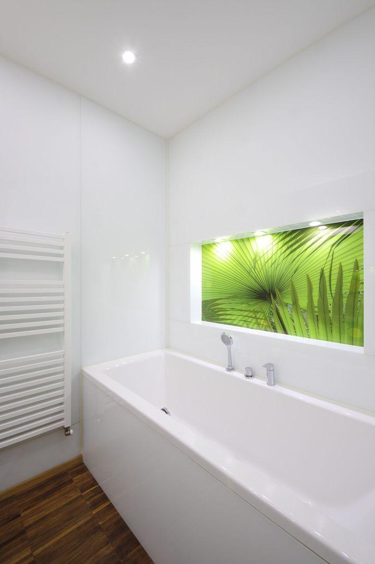 Výrez na stene so vzorom rastlín a LED podsvietením