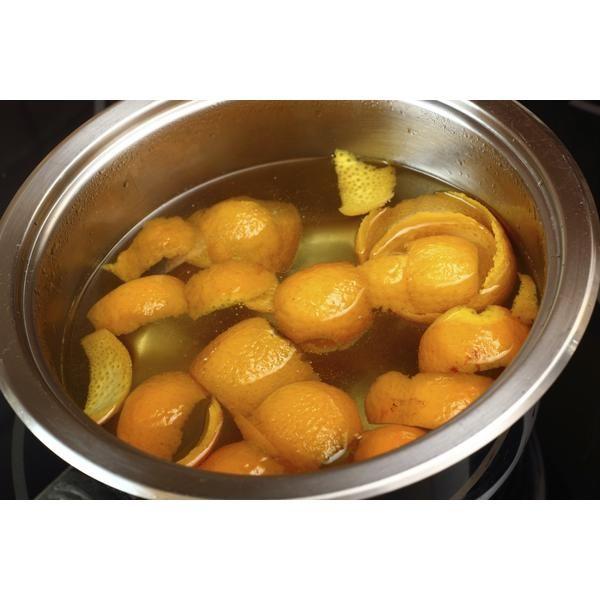 Olvídate de comprar esas caras velas con fragancia, solo hierve unos trozos de cáscara de naranja y tu cocina olerá de manera deliciosa.
