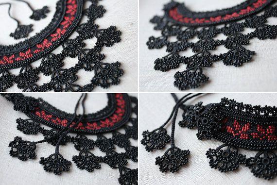 Zwarte oversized ketting heeft een zwarte hand gehaakt katoen base, deze basis is versierd met bloemen borduurwerk in koraal rode tinten en zwarte zaad kralen strengen en Kanta. Een driehoekige vorm, bloem patroon kant wordt toegevoegd, hand beaded lace haakwerk wordt gemaakt met zwart glazen Rocailles en zwart acryl fiber. Zwarte gehaakte katoenen cordons met zwarte kralen Bloem decoraties wordt gebruikt voor de sluiting van de verklaring ketting. Romantische!  Lengte - ketting lichaam: 25…