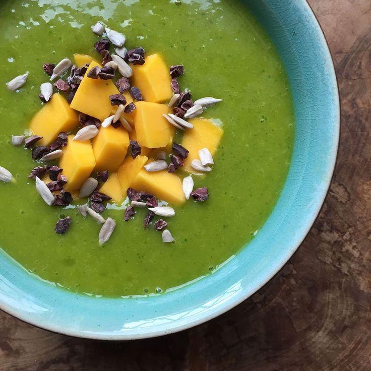 Morning allemaal! Vandaag weer eens een lekker, fris gezond ontbijtrecept: een groene smoothie met bleekselderij en appel!