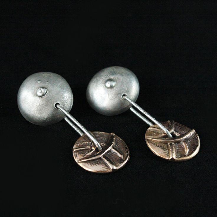 """Gli <strong>orecchini pendenti in bronzo</strong> di <a href=""""http://www.modacritica.it/lore-art-gioielli-in-argento-ottone-e-bronzo"""" title=""""LoreArt"""">Lore Art</a> sono pezzi unici rigorosamente <strong>handmade </strong>e <strong>made in Italy</strong>. Un materiale povero si trasforma in una scultura.  Diametro semisfera: cm 2              Lunghezza: cm 5  Peso: gr. 13,6  Materiali: <strong>bronzo</strong> e <strong>argento</strong>  [button…"""