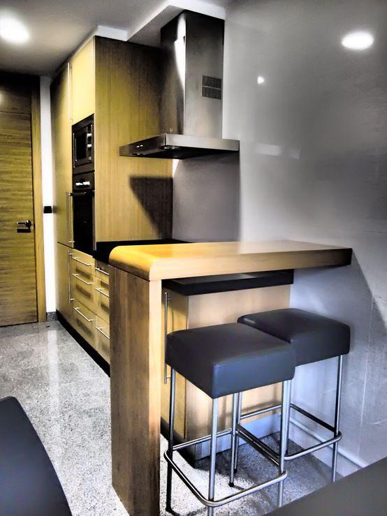 mała kuchnia, nowoczesna kuchnia, drewniane meble kuchenne, mały stół do kuchni, krzesła barowe, aranżacja kuchni, urządzanie kuchni Zobacz więcej na: https://www.homify.pl/katalogi-inspiracji/11030/kuchnie-z-miejscami-do-siedzenia