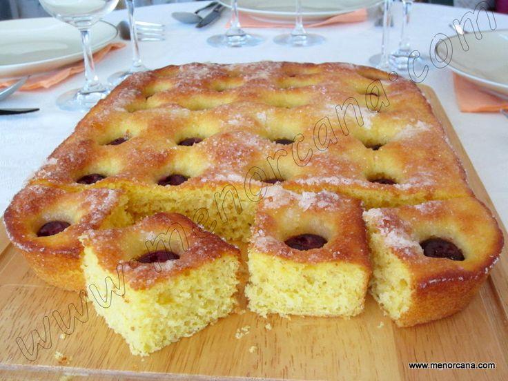 La coca de patatas es un clásico de la repostería menorquina. La más típica es la coca amb aubercocs (albaricoques) tradicionalmente el postre de la comida que se hace el día de Sant Cristófol. Inc...