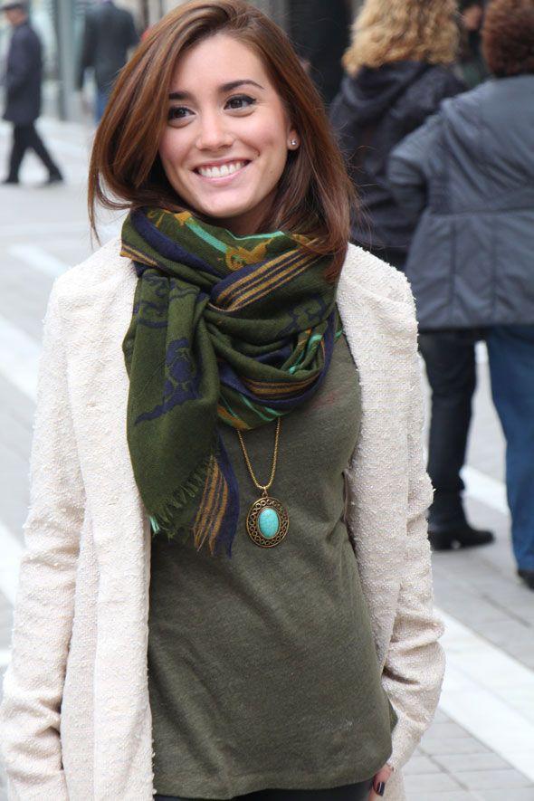 Chica Anonity vistiendo un abrigo de tipo Chanel por las calles de Granada.