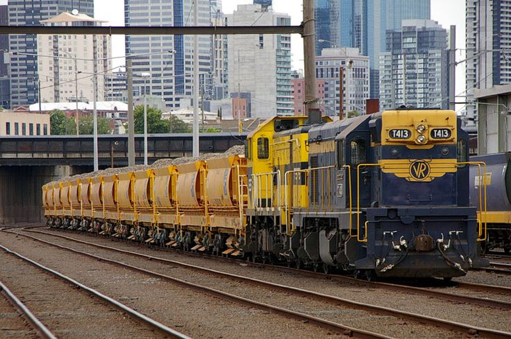 T413-T376 with a loaded ballast train stabled in the arrivals yard near North Melbourne