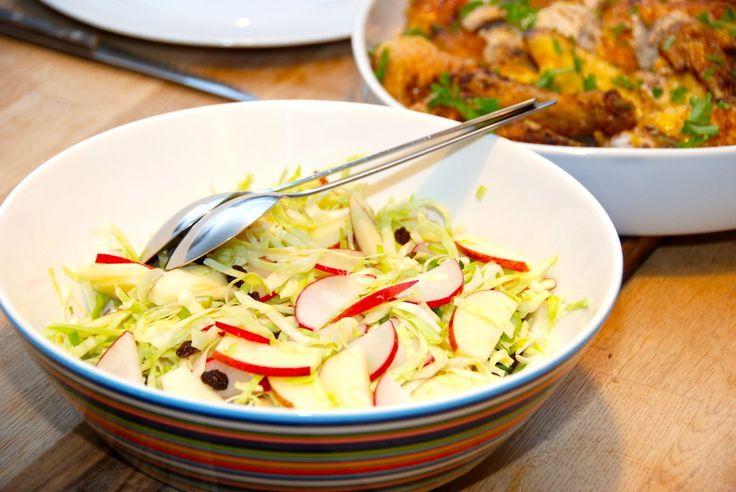Opskrift på en god salat med spidskål og æblebåde. Salaten indeholder sprøde radiser, forårsløg og en håndfuld lækre rosiner. Til en god salat med spidskål skal du bruge: Et halvt spidskål (eller l…