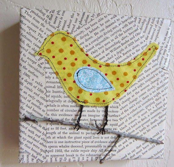 Pássaros costurados em tela. As pernas são de arame, o galho é de verdade e o fundo da tela é com páginas de livros antigos. O resultado? É...